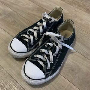 Black and white low top converse all star